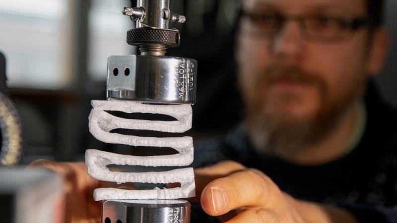 Forskerne ved Aalto University har brugt lang tid på at teste styrken i deres nyudviklede træskum, de håber kan erstatte alt pakkeemballage i forsendelser. Foto: Mikko Raskinen/Aalto University