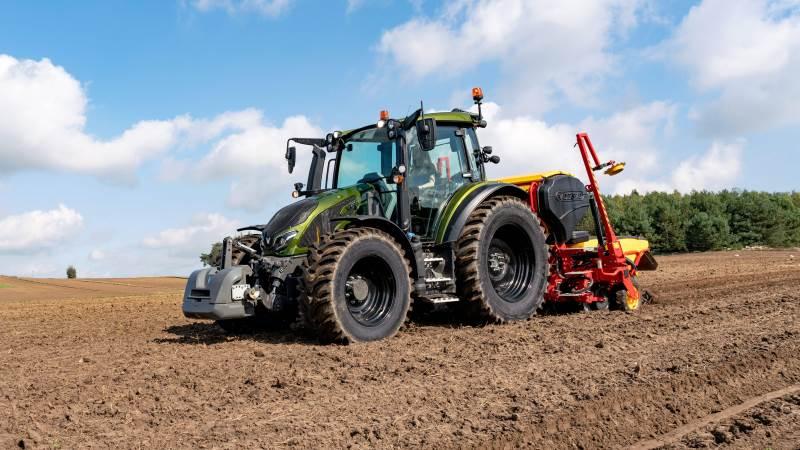 Den nye Valtra G-serie blev lanceret sidste år og tiltrækker fortsat anerkendelse. G135 var den eneste traktor, der blev tildelt en iF Design Award i årets konkurrence. Jurymedlemmer roste G135-modellen som den bedste samlede pakke i sin kategori. Tidligere i år vandt G-serien også Red Dot Design Award 2021 i Red Dot: Product Design Award-serien med den samme G135-model.