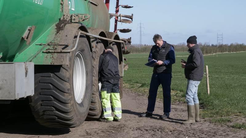 VF-dæk, som tillader variabelt dæktryk, vinder i stigende grad frem i landbruget. Ikke kun som en dækløsning til traktorer, men også til eksempelvis gyllevogne. Hos både Seges og NDI har man fulgt udviklingen tæt, da den åbner nye muligheder for, at landmændene kan drive deres landbrug endnu mere effektivt. Dæktrykket noteres, inden første del af forsøget går i gang, hvor gyllevognen har påmonteret traditionelle dæk.
