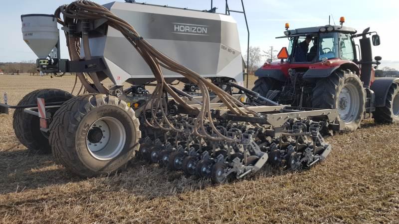 Hørbygaard kører for andet år i træk forsøg med direkte såning på denne mark. På det ene foto er det med en Horizon-såmaskine ført af landmanden Hans Henrik Fredsted, på det andet foto en lejet Weaving-maskine.