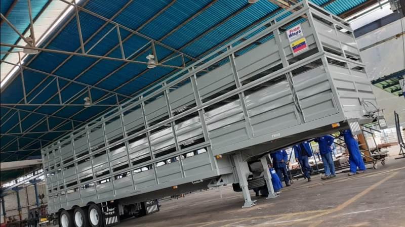 På den danskejede Plumrose svinegård i Venezuela har man netop anskaffet denne tre-etages grisetrailer med drikkenipler og overbrusning af grisene.