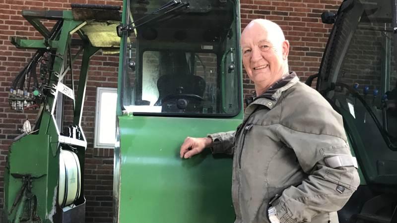 76-årige Arne Lund Thomsen fra Spjald har altid været landmand, og har i over 35 år drevet landbrug og dambrug fra ejendommen ved Spjald i Vestjylland. Siden er juletræsproduktionen kommet til, hvor Arne er klar med maskinen til håndteringen af juletræerne, når det går løs igen senere på året.