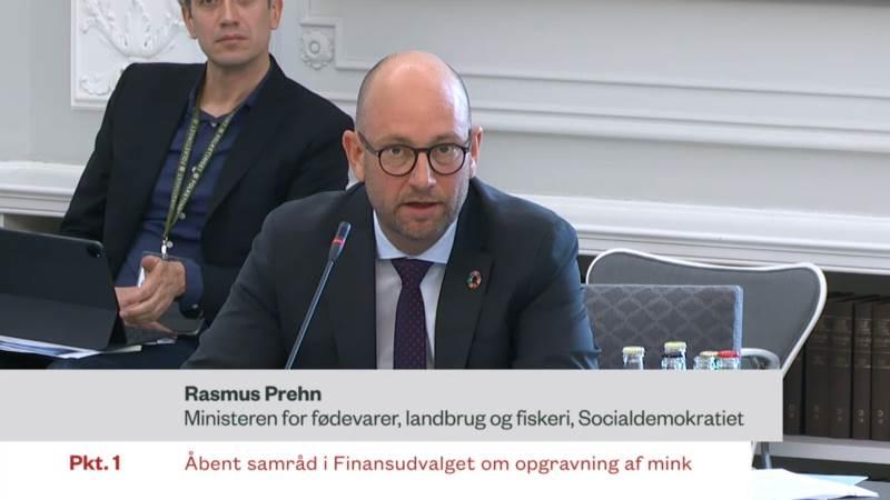 Fødevareminister Rasmus Prehn (S) forsøgte onsdag i Folketinget at forklare baggrunden for, at regeringen beder om 150 millioner kroner til opgravning af mink, når Fødevarestyrelsen har vurderet, at det koster 72,8 millioner kroner.