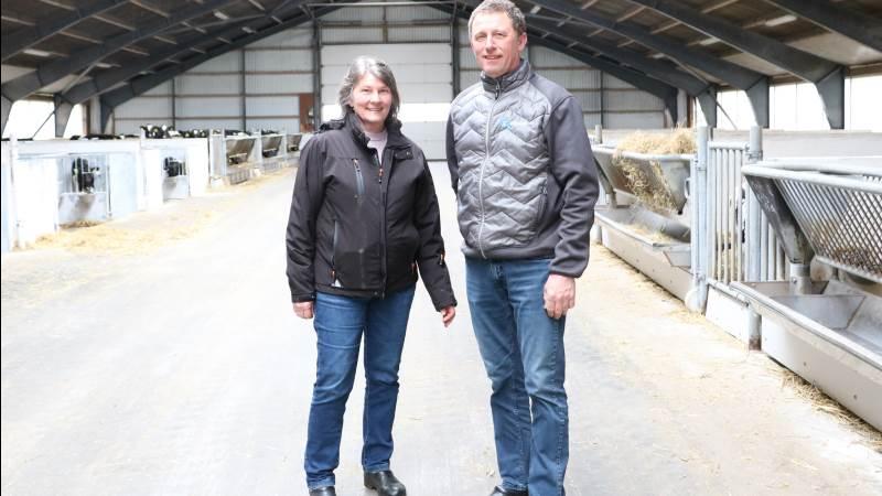 Inden længe overtager sønnen Asmus og hans kæreste Sandagergaard nær Skals fra mælkeproducent Gunnar og Solveig Klith Forum.
