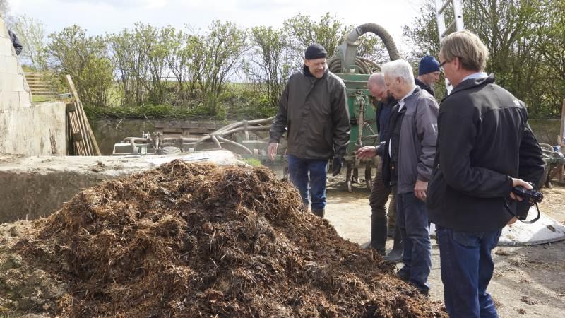 Der var stor interesse da et prototypeanlæg til varmekompostering af madaffald til biogødning, blev vist frem nær Randers forleden. Manden bag, Jørgen Løgstrup, viste frem og forklarede. Foto: Tenna Bang