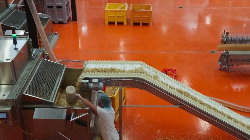 I den 2400 kvadratmeter store fabriksbygning uden for Hedensted, der tidligere har rummet et af de kuldsejlede projekter under Månegrisene, er der for øjeblikket gang i en årlig produktion svarende til 2200 ton køderstatning. Fabrikken har ti ansatte inklusive funktionærer. Foto: Femming Erhard.