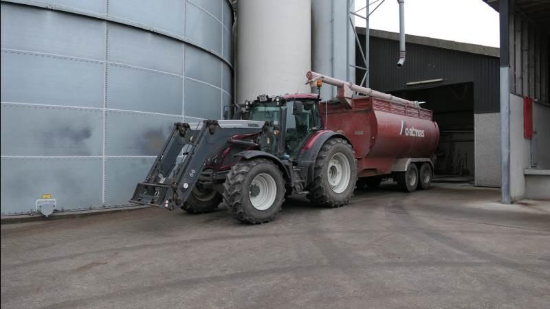 Med centralt placeret foderfabrik ved korn- og fodersiloer må den traktortrukne foderbus levere færdigfoder til to andre produktionssteder. Foto: Bøje Østerlund