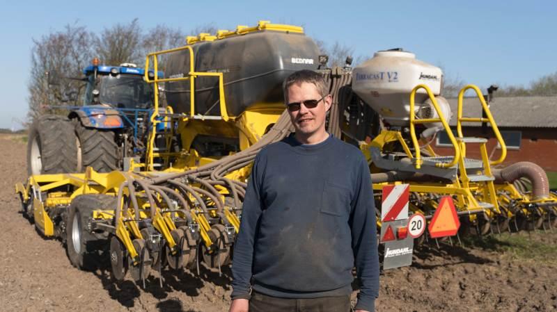 Ib Skovgaard, der er planteavler ved Roslev, har sammen med en nabo investeret i en Omega 6000-såmaskine fra Bednar for at samså med gødning og spare arbejdstid.