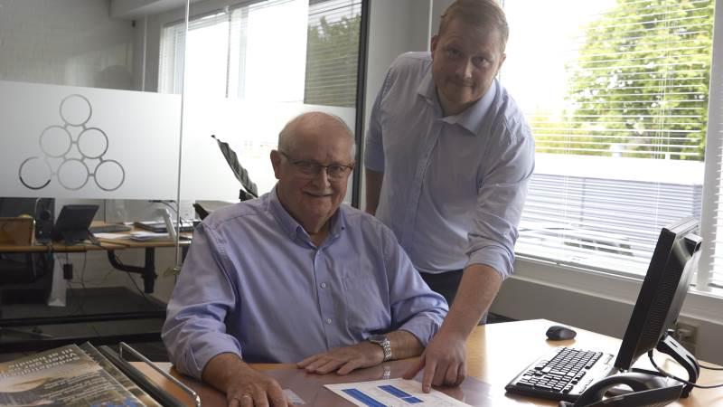 Denkavits overtagelse af ernæringsvirksomheden Nutrifeed og samtidig en aftale om, at FrieslandCampina skal levere alle ikke-humane mejeriprodukter til Denkavit, er godt nyt for Støvring-virksomheden Nutrax. Det betyder nemlig, i endnu højere grad end tidligere, at Palle (th) og Poul Martin Mortensen, kan tilbyde en endnu højere forsyningssikkerhed, kvalitet og stabilitet til deres kunder. Foto: Tenna Bang