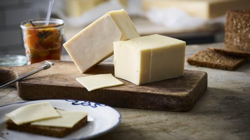 Omkring 2 procent af den samlede osteproduktion hos Them Andelsmejeri går i øjeblikket til spilde. Den ost skal nu sælges gennem Rema 1000 for at undgå madspild. Foto: Them Andelsmejeri