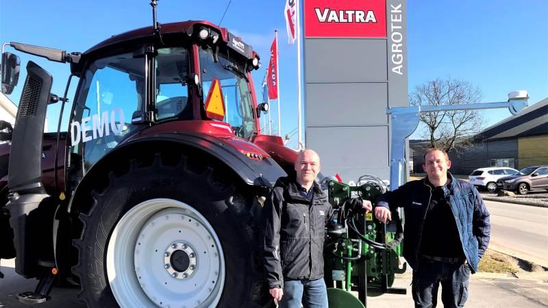 Salgs- og produktspecialist hos Valtra, Bent Henneberg (t.v.), sammen med ejer og direktør i AG Precision, Anders Stefansen, foran en Valtra med en Homburg SmartSolutions GPS-styring bagpå.