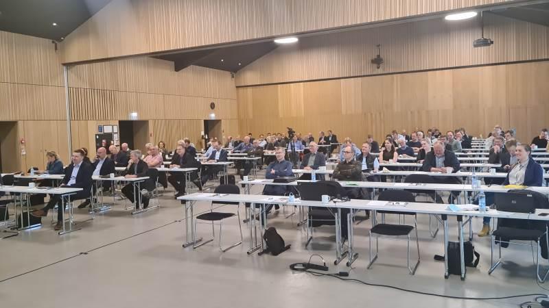 Der blev holdt god afstand ved årsmødet i L&F Fjerkræ, hvor små 100 deltagere havde fundet vej til Vingstedcenteret udenfor Vejle. Foto: Henning Andersen