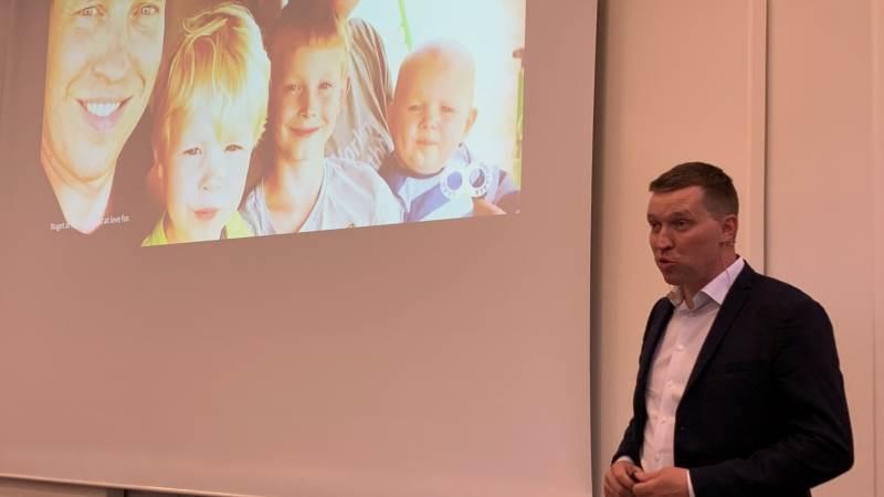 L&F-formand Søren Søndergaard præsenterede kort sin familie på generalforsamlingen i Centrovice, som han gæstede onsdag aften. Men han præsenterede også de barske, landbrugspolitiske realiteter på kanten af vigtige EU- og Folketingsforhandlinger, som får stor betydning for fremtidens landbrug. Fotos: Jacob Lund-Larsen