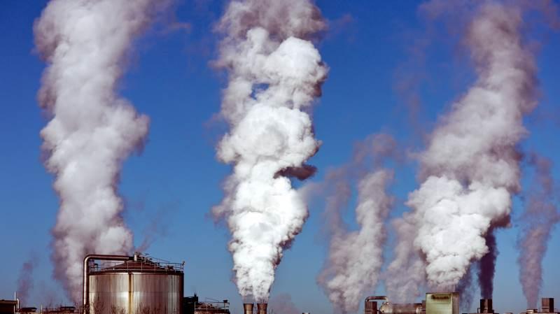 CO2-udledningen skal ned med 70 procent inden 2030. Ifølge Dansk Erhverv så bør der indføres ensartet CO2-afgift, som også omfatter landbruget.