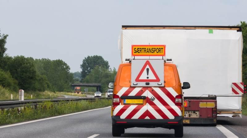 Færdselsstyrelsen er i gang med at opdatere bekendtgørelsen for særtransport, hvilket kan gøre det nemmere at transportere bæltekøretøjer i fremtiden. Foto: Colourbox