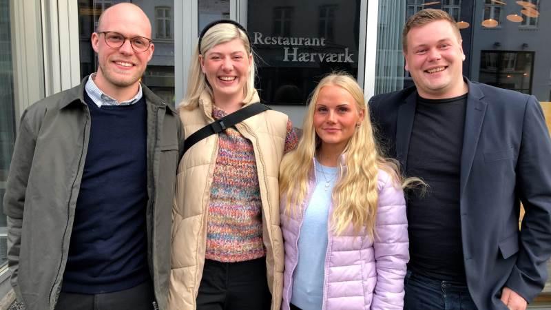 De fire unge ambassadører for landbruget, som kan følges på Instagram-profilen @derforlandmand, er (fra venstre) Andreas Krogh, Emilie Qvist Kjærgaard, Stella Lund og Jacob Boisen. Foto: Økologisk Landsforening