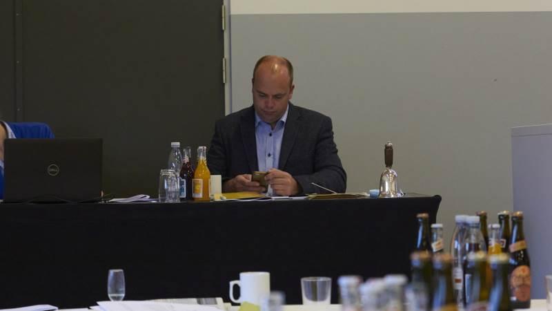 Formanden for Landboforeningen Limfjord havde forventet en fusion, men medlemmerne gav ikke nok ja-stemmer og generalforsamlingen blev suspenderet. Formanden var hurtig til at give de ventende formænd i Lemvig og Thy besked. Foto: Tenna Bang