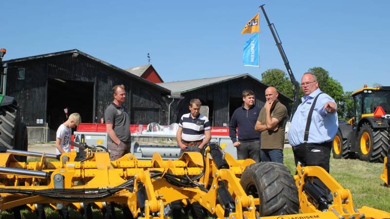 Første stop på FMR Roadshow '21 var nær Stokkemarke på Lolland, hvor de fremmødte blandt andet kunne møde Thomas Nielsen fra FMR Maskiner (til højre), der er ekspert i produkterne fra Agrisem. Foto: Jesper Hallgren
