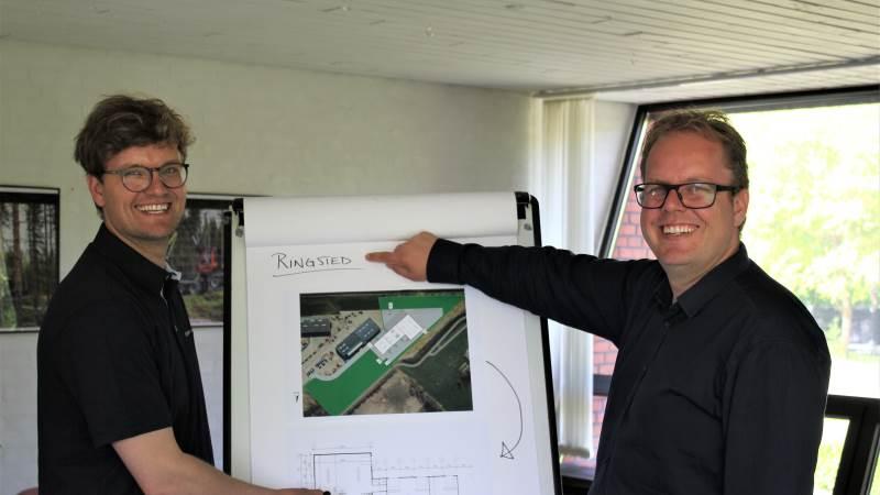 Fra venstre ses Jakob og Allan Helms, partnere i Helms TMT-Centret A/S, under planlægningen af de sidste detaljer i firmaets kommende sjællandske domicil. Pressefoto