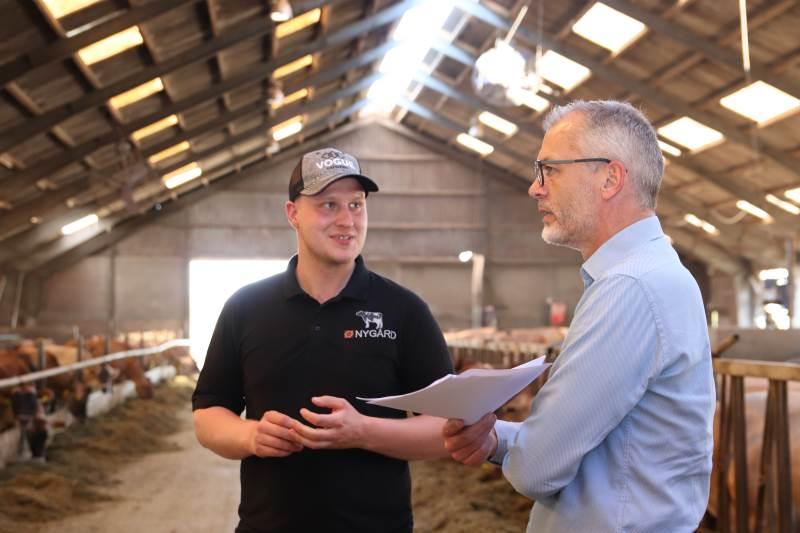 Andreas Bygvraa (tv) drømmer om at blive selvstændig landmand. Han har etableringsrådgiver gennem snart 30 år Peter Møller med på sidelinjen på sin vej mod at blive selvstændig landmand. Det er en stor fordel, oplever han.