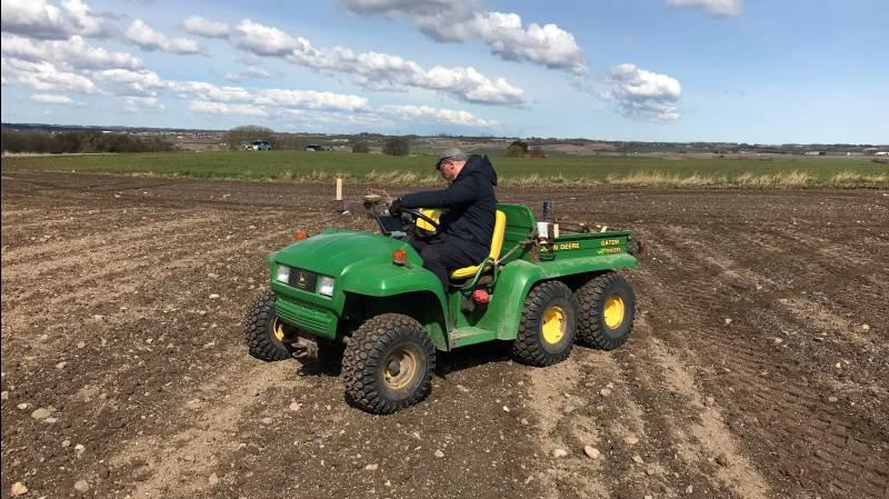 Der køres med RTK-GPS over marken og tages løbende billeder med specialudstyr.