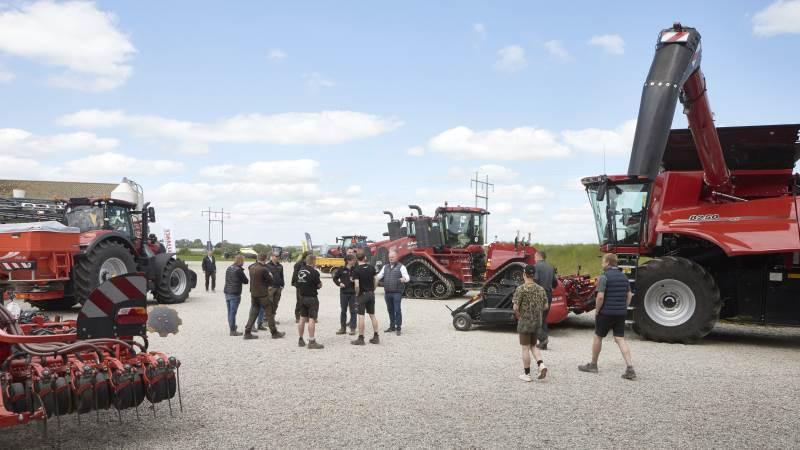 Mange landmænd benyttede chancen for se – og prøve – de store maskiner, da Flemløse Maskinforretning forleden havde inviteret til en demonstrationsdag hos Martin Boe Madsen i Ebberup. Fotos: Erik Hansen