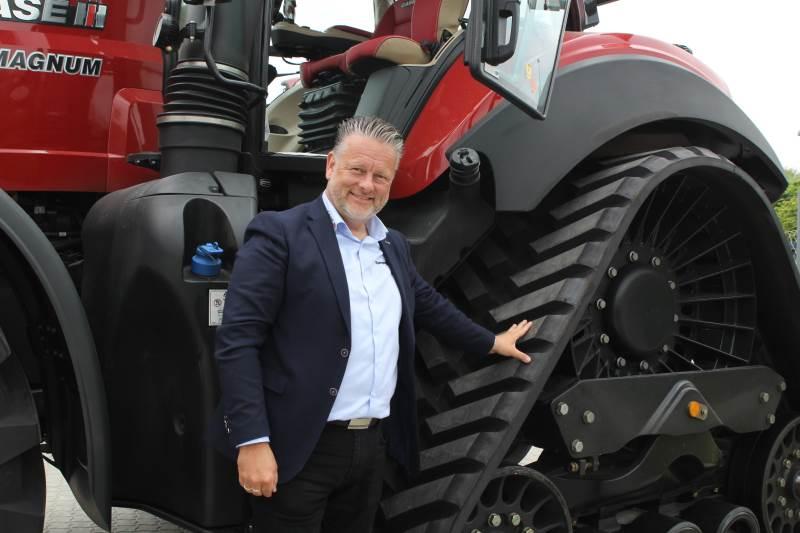 Brian Storgaard, salgsregionschef for SDK Vest, fortalte, at rowtrac giver en større trædeflade, og traktoren nærmest flyder hen over jorden. Foto: Jesper Hallgren
