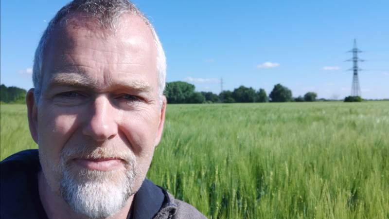 - I løbet af et par dage i maj fik vi over 50 mm nedbør, og det fortsatte. Men det var nok i sidste øjeblik og lige tilpas, vurderer Ole Hjelm, der er godt tilfreds med afgrødernes tilstand netop nu.