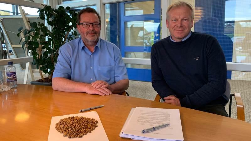 Partnerskabsaftalen er netop underskrevet af Lars Dahl Laursen, administrerende direktør på den nye proteinfabrik (t.v.) og Henrik Hedegaard, administrerende direktør i Hornsyld Købmandsgaard.