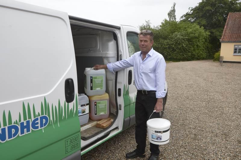 Fra hjemadressen ved Nyborg kører Bjørn Østergaard Nielsen ud med produkter til mælkeproducenter. Foto: Erik Hansen