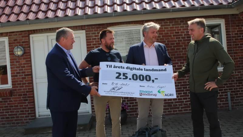 Kim Koch (Agri Nord), Jacob Lund-Larsen (Effektivt Landbrug) og Anders Kofod-Petersen (Alexandra Instituttet), der alle var en del af dommerpanelet, overrakte Kristian Kappel de 25.000 kroner, der følger med æren som Årets Digitale Landmand.