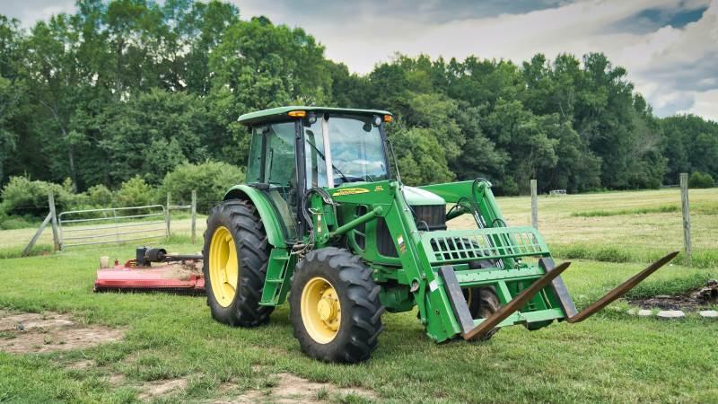 Lad kun traktoren stå ude, hvis ikke andet er muligt, mener brancheorganisationen Forsikring & Pension. Foto: Forsikring & Pension.