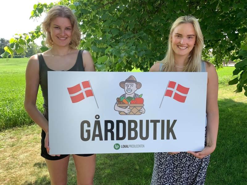 Det unge søskendepar bag Lokalproducenten.dk, 20-årige Nikoline Jørgensen (til venstre) og Victoria Jørgensen på 18 år, har allerede solgt de første skilte til gårdbutikker.