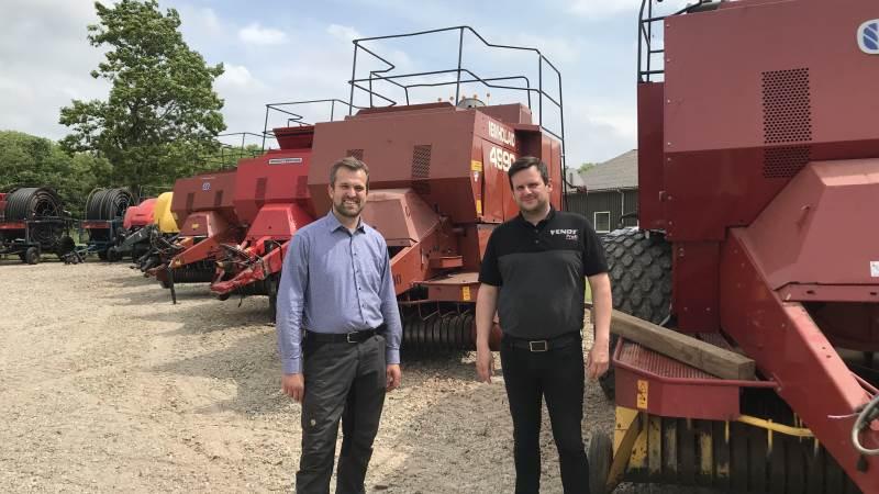 Sælgerne Thomas Lilleholt (tv) og Martin Geiser fra TBS i Starup har mange brugte pressere, de gerne vil have solgt inden høst.