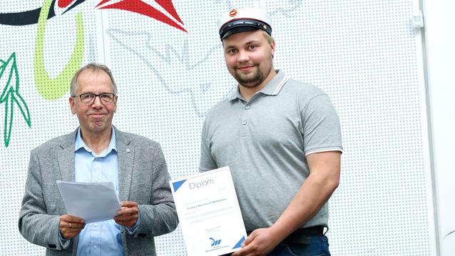 Anders Nørrelund Mikkelsen modtog et legat fra Dansk Maskinhandlerforening af formanden for foreningen, Jens Åge Jensen.