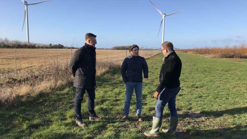 I november måned sidste år havde Harald Krabbe (i midten) besøg af Kasper Roug (S, til venstre) og Rene Christensen (DF, til højre) i sin kamp for at få lov til at anlægge et minivådområde indenfor naturbeskyttelseslinjen. Nu er der sket nyt i sagen, da Miljøklagenævnet har taget hans klage over Kystdirektoratets afvisning af projektet til følge. Arkivfoto