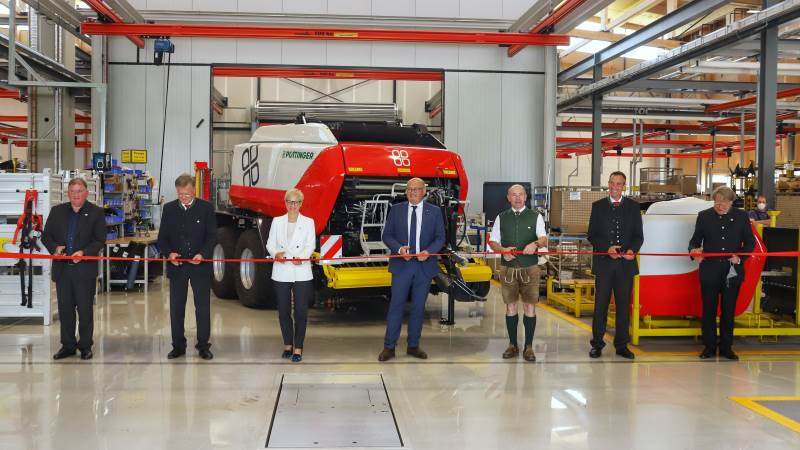 Pöttinger indviede i sidste uge en ny fabrik i St. Georgen i Østrig, tæt på virksomhedens hovedkontor i Grieskirchen. De 6.300 kvadratmeter produktionsareal skal producere Impress-ballepressere og Top-storriver. Endnu en udvidelse er på vej i St. Georgen og når hele produktionsanlægget står færdigt, har Pöttinger investeret 45 millioner euro i den nye fabrik.