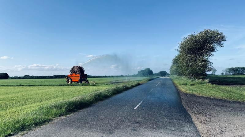 Det kan være farligt, og er også ulovligt, hvis strålen fra vandingsmaskinen rammer vejen. Foto: Fotograf: Jakob Mikolajewicz