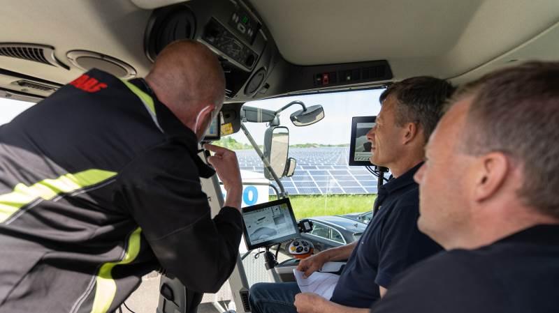 Her instrueres en mejetærskerpilot i Claas Lexion-maskinens finesser under kurset i Erhvervspark Vandel.