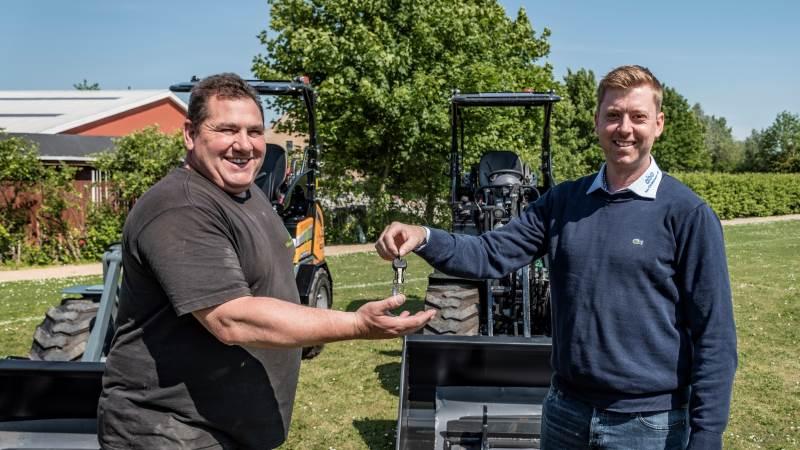 Jonas Hansen (t.h.), sælger hos C. Bay Christensen, afleverer nøgler til de to nye minilæssere til Jens Peter Busk Pejdal, Roskilde Tekniske Skole.