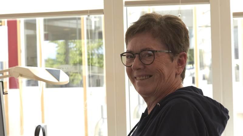 Hun var 17 år dengang hun, Bodil Kjelgaard, startede i lære på Husmandsforeningens Regnskabskontor i Brønderslev. Nu er der gået 50 år og hun er stadig på samme arbejdsplads. Det der i dag hedder LandboNord. Fotos: Tenna Bang