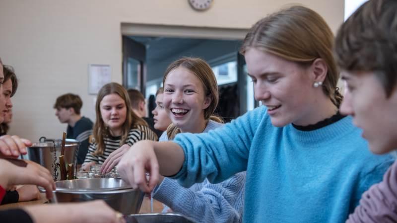Projektet, Efterskolernes køkkentjans, har rustet køkkenpersonalet til en pædagogisk rolle som kulinariske vejledere for eleverne og til at bruge køkkenet som et aktivt læringsrum. 60 af landets 240 efterskoler har gennemført kurser. Foto: Frederikke Brostrup