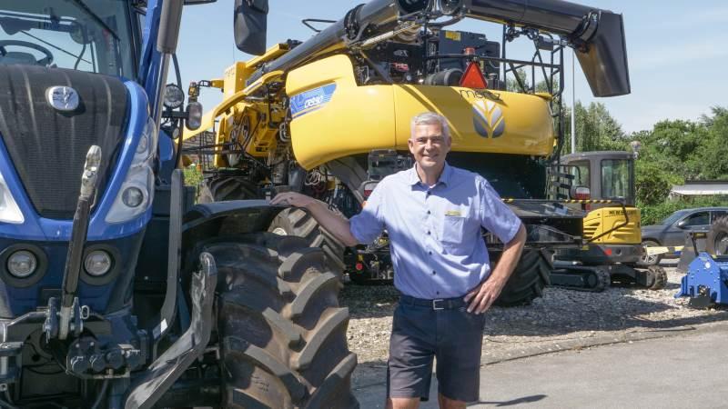 Det er blandt andet New Holland-traktorer og mejetærskeren i baggrunden, at kunderne i stigende grad efterspørger VF-dækløsninger til, fortæller Anders Bo Ruder.