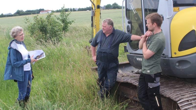 Peter Hell og sønnen Anders Hell sammen med Tine Fricke, der er teamleder i Natur & GIS, Aabenraa Kommune. Foto: John Ankersen