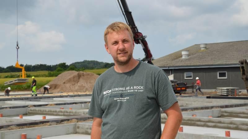 Martin Boe Madsen har selv stået for aftaler om el, VVS, ventilation, inventar og aftalerne med entreprenøren der har stået for udgravning. Her er det lokale håndværkere der er valgt til at varetage opgaverne, mens det er Kjargaard Byg der har totalentreprisen på selve råhuset.