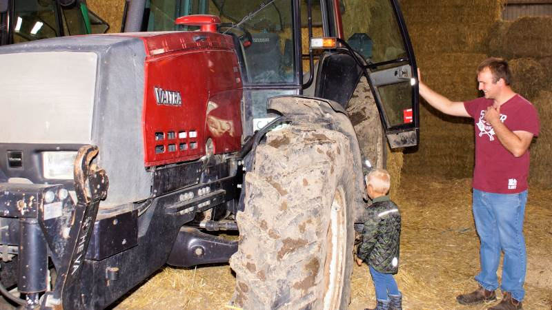 Hen over sommeren får mange børn en stor og lærerig oplevelse med et gårdbesøg. Her er det vigtig, at landmanden har fokus på sikkerheden for sine gæster. Arkivfoto fra Djurslandgården