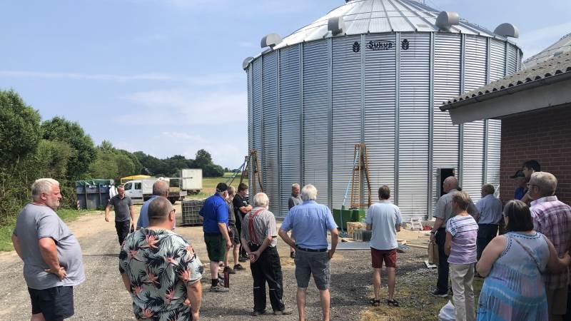 Fredag i uge 28 havde brødrene Erik og Helge Jensen inviteret naboer og interesserede kolleger til at se den nyopførte Sukup silo fra Dancorn, der er den femte i rækken af fodersiloer på ejendommen.