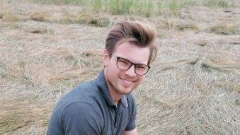 Niels Glisbjerg Jakobsen benytter sommerferien fra studierne til at arbejde for DSV Frø. Her kører han rundt i hele landet og nørder i tekniske indstillinger på mejetærskere i forhold til høstmaterialet.