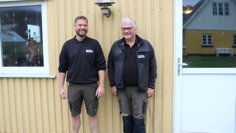 For seks år siden omlagde Ulrik Olsen (t.v.) og Lars Olsen deres 1.400 hektar planteavl fra konventionel til økologisk produktion. Det har de ikke fortrudt. - Vi vidste ikke noget om økologisk planteavl, da vi begyndte, men nu er det for alvor kommet under huden på os, siger Lars Olsen, der er far til Ulrik. Foto: Velas