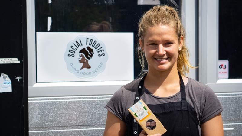 Marianne Duijm producerer frugtkarameller med chokoladeovertræk i kampen mod madspild. Produktet hedder 'Casju'. Fotos: Daniel Barber